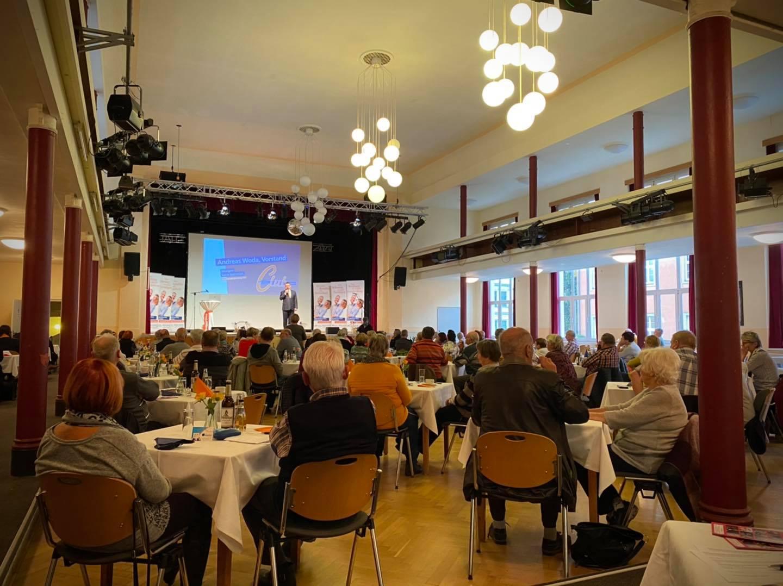 Volksbank-Vorstand Andreas Woda begrüßt die Mitglieder unseres Clubs.