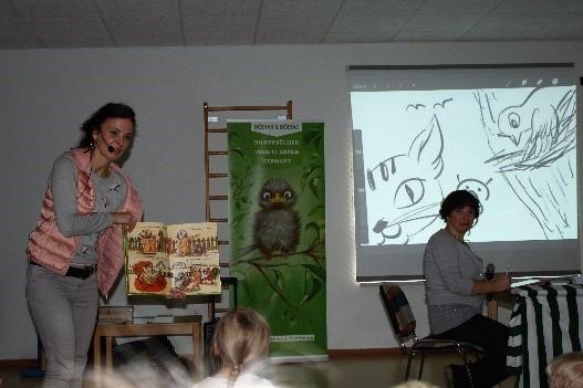 Autorin Andrea Böhm am Geschichten erzählen, während Illustratorin Lee D. Böhm skizzierte.