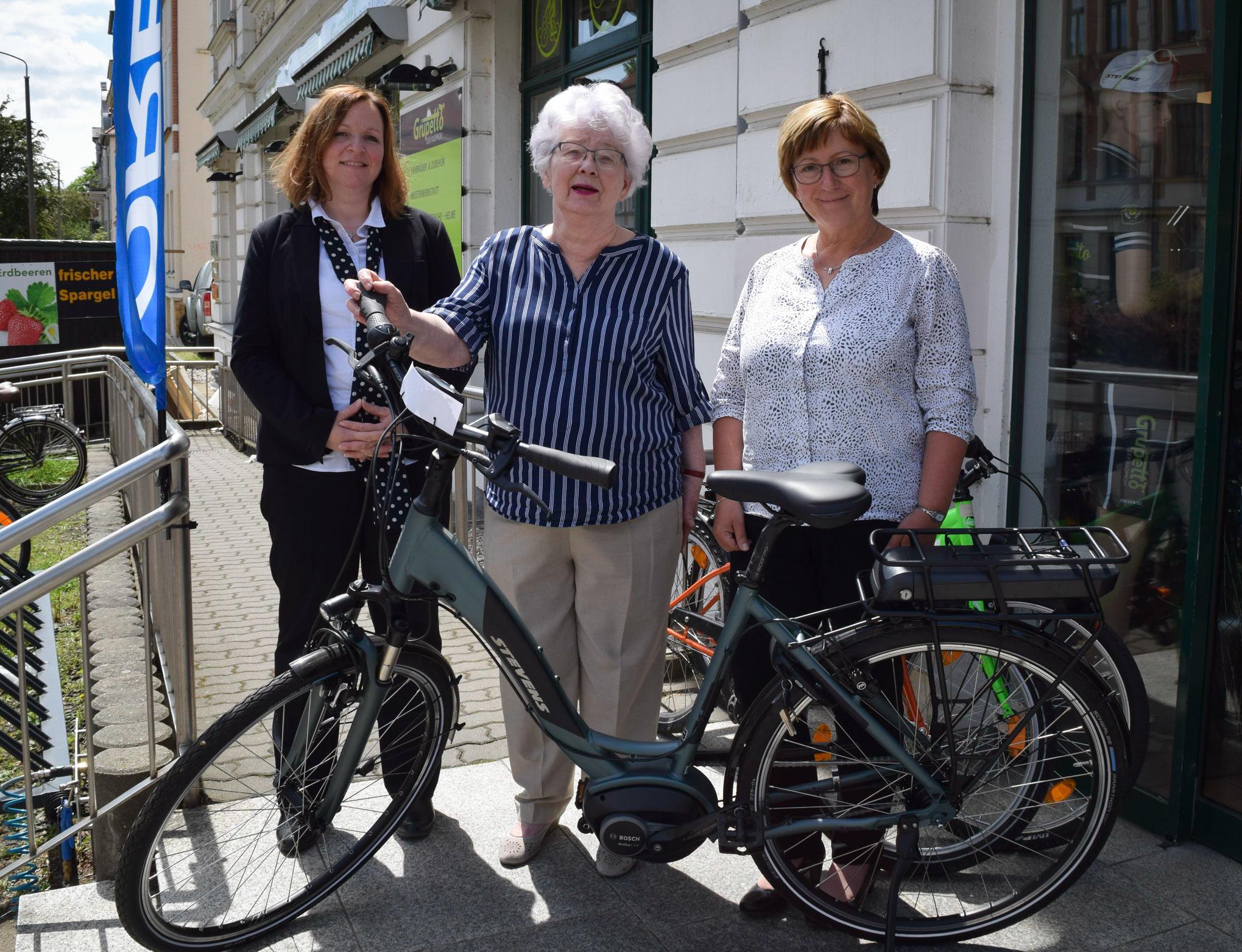 von links: Filialleiterin Taina Jacob-Stamm, Gewinnerin Pia Zschoche und Kundenberaterin Margit Richter