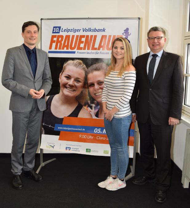 (von links: Bürgermeister Heiko Rosenthal, Anja Hezel und Vorstand Andreas Woda)